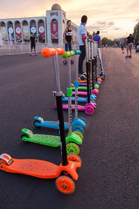 A very popular entertainment is to rent different toys and devices, from skates, to bikes, golf carts or even horse carriages. Here, scooters in line waiting to be rented.