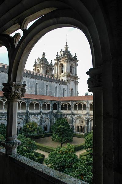 Zicht op de kerk vanuit het klooster