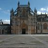 Het vooraanzicht van de kerk van Batalha