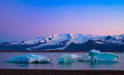 Icebergs under the midnight sun