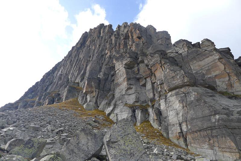Übersicht: Im Vordergrund Klettergarten mit den 1-2 Seillängen Routen (z.B. Eczema), hinten die langen Südostwand Routen
