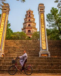 Schoolboy by the Thien Mu Pagoda (Hue, Vietnam 2009)