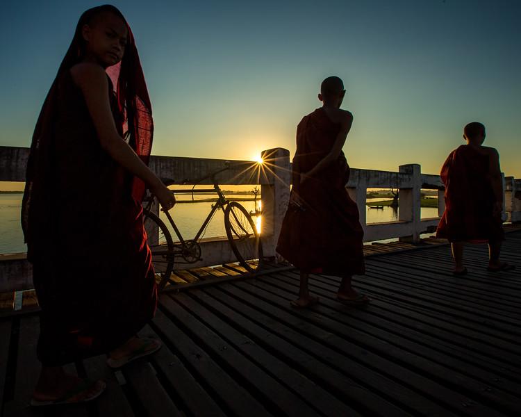 Crossing the U Bein Bridge (Amarapura, Myanmar 2013)