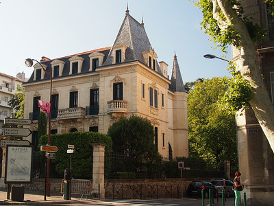 First mansion built outside the walls, Aix