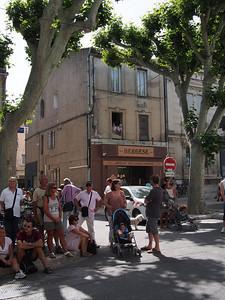 Fête de la transhumance à Saint-Rémy-de-Provence. Waiting for the sheep - bakers at the window