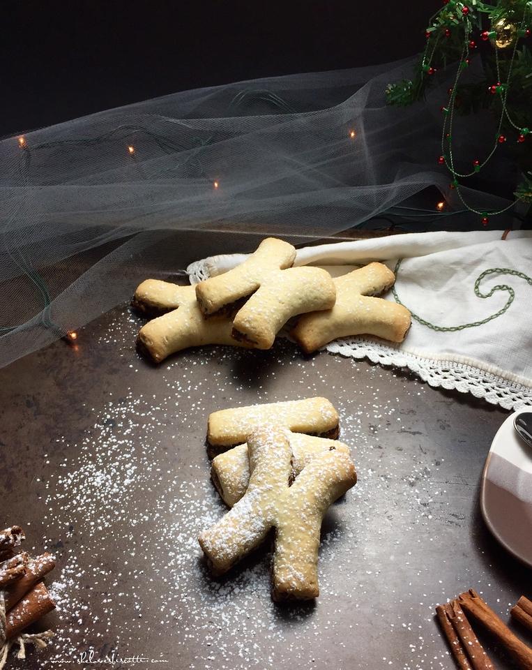 cucidati - spiced Italian fig cookies (c)http://www.shelovesbiscotti.com/spiced-italian-christmas-fig-cookies/