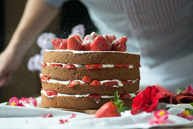 Preparation of a biscuit cake with strawberries