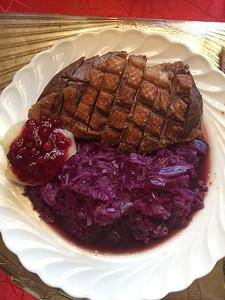 Mittagessen: gebratene Entenbrust mit Rotkraut und Birnen mit Preiselbeeren