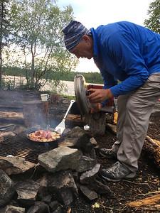 Neil cocinando sombre el fuego