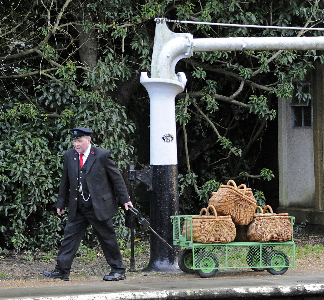 Moving the luggage at Horsted Keynes.  20.12.2013  8609