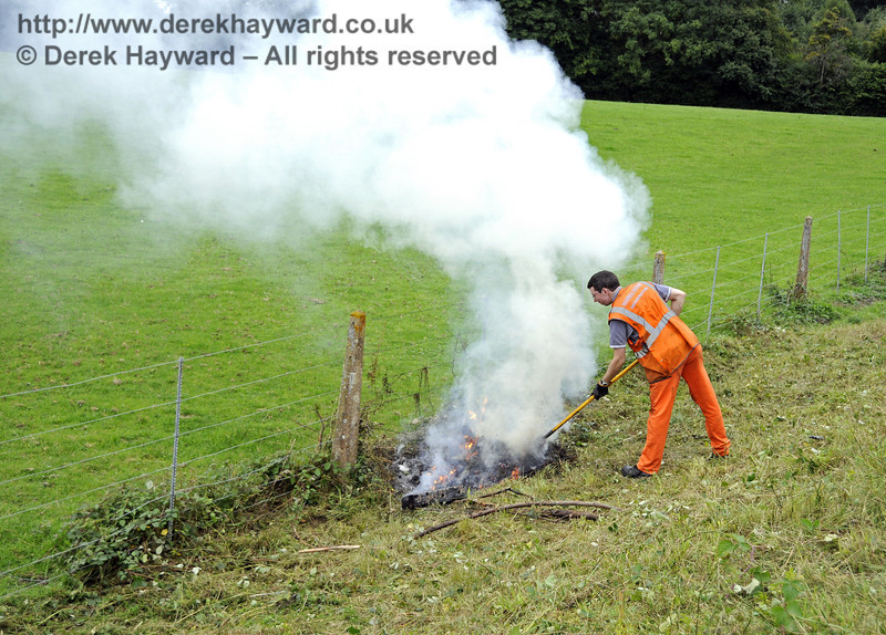 Jon Bowers demonstrates how to smoke the neighbours out of a nearby farm house. Apparently the team had difficulty in lighting the fire, but shortly after 592 had passed it became a raging inferno....!  22.09.2013  9748