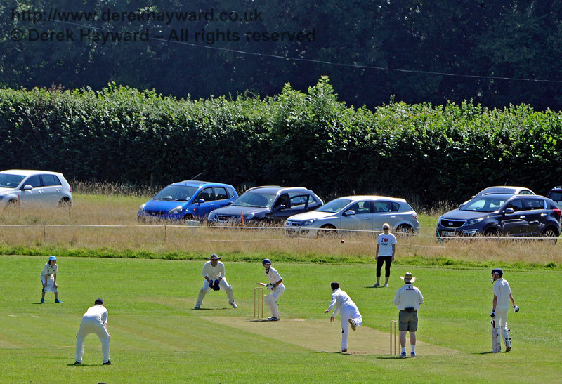 Some of the Chaps (and Ladies) were playing cricket...  22.08.2015   11914