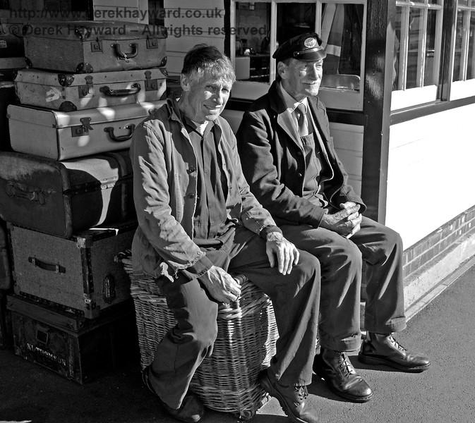 Waiting for their train.  Sheffield Park 02.10.2016 16414