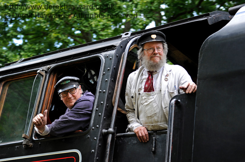 Members of the crew of 73082 look out as they pass the Friends of Kingscote in Mill Place Cutting. 19.08.2017 15914