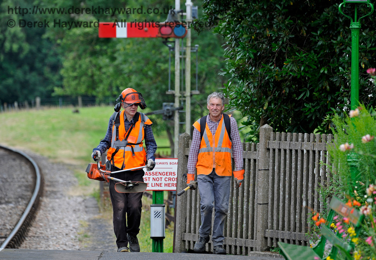 Members of the Friends of Kingscote, returning from lineside clearance duties. 15.07.2017 15808