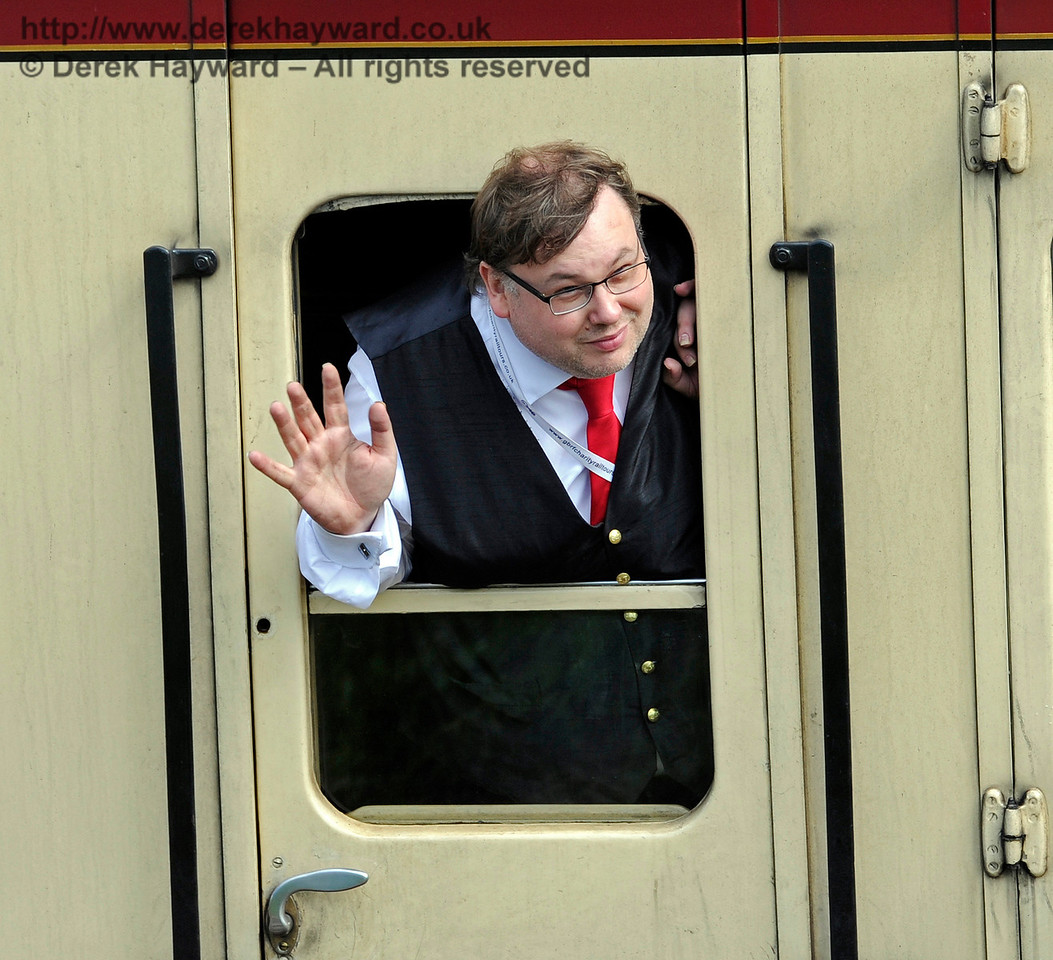 If you are a Guard approaching Horsted Keynes on an event day, it is obligatory to wave. 19.08.2017 15928
