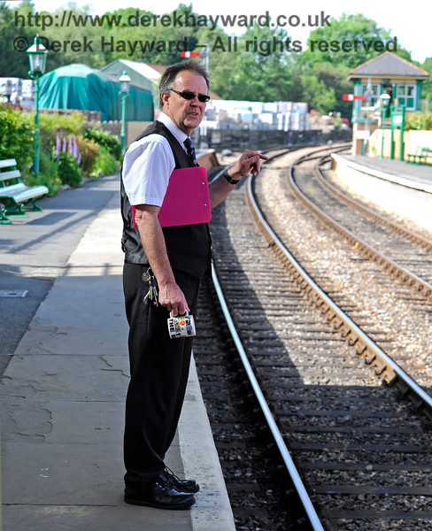Fraser was on duty at Kingscote (note the clipboard) and was delegating jobs to members of the team on the other platform (note the outstretched index finger).  Naturally they ignored him.  Oh, and he seems to be carrying a mug.  I can't imagine why.  Kingscote 27.05.2017 15528