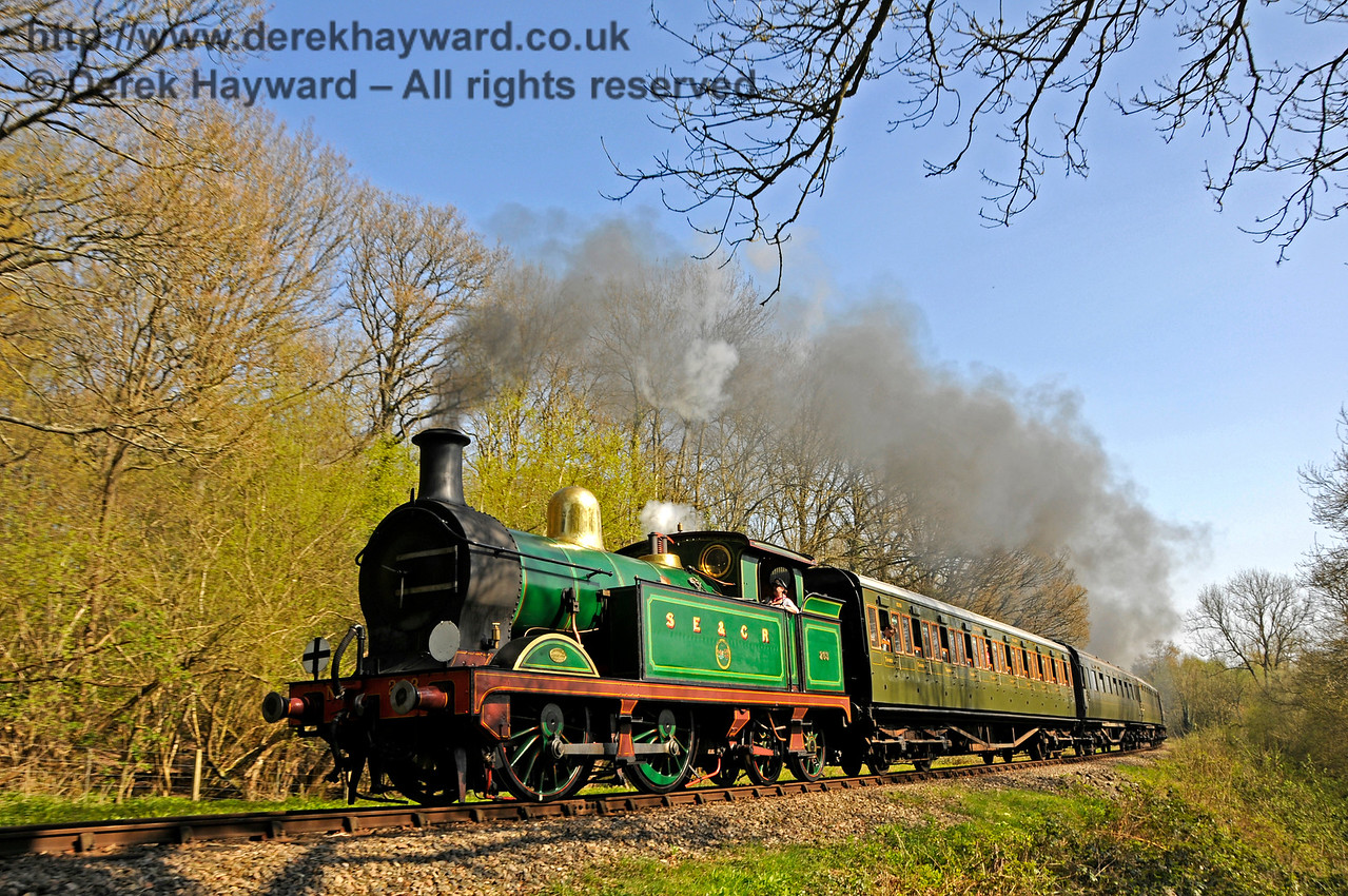 263 rounds the curve in Lindfield Wood. 08.04.2017 17081