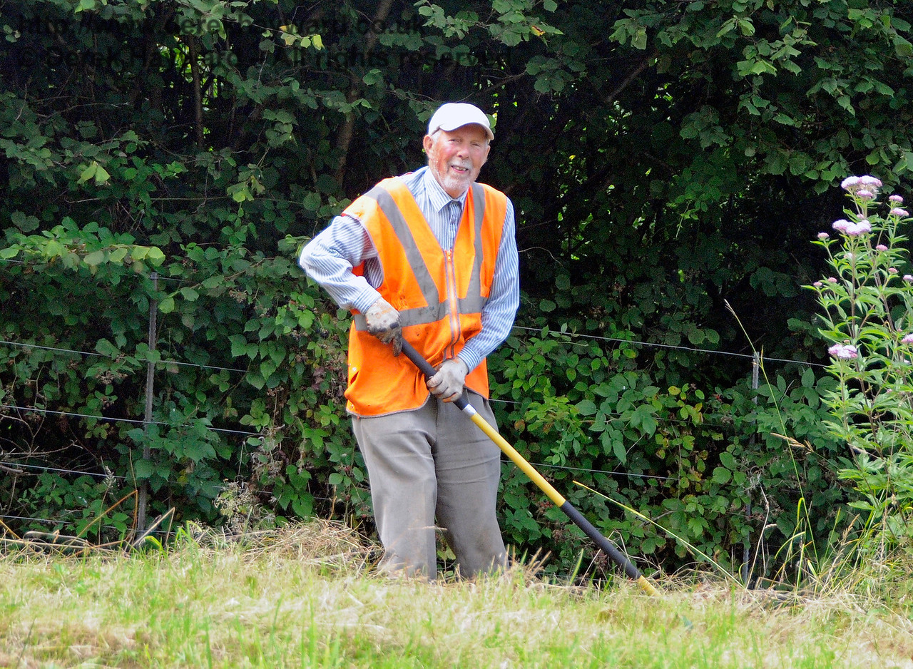 The Friends of Kingscote busy clearing the lineside. 19.08.2017 17623