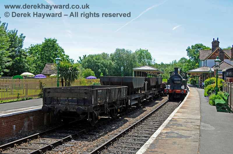 263 then returned to the Main platform to collect the brake van. 01.06.2019 19194