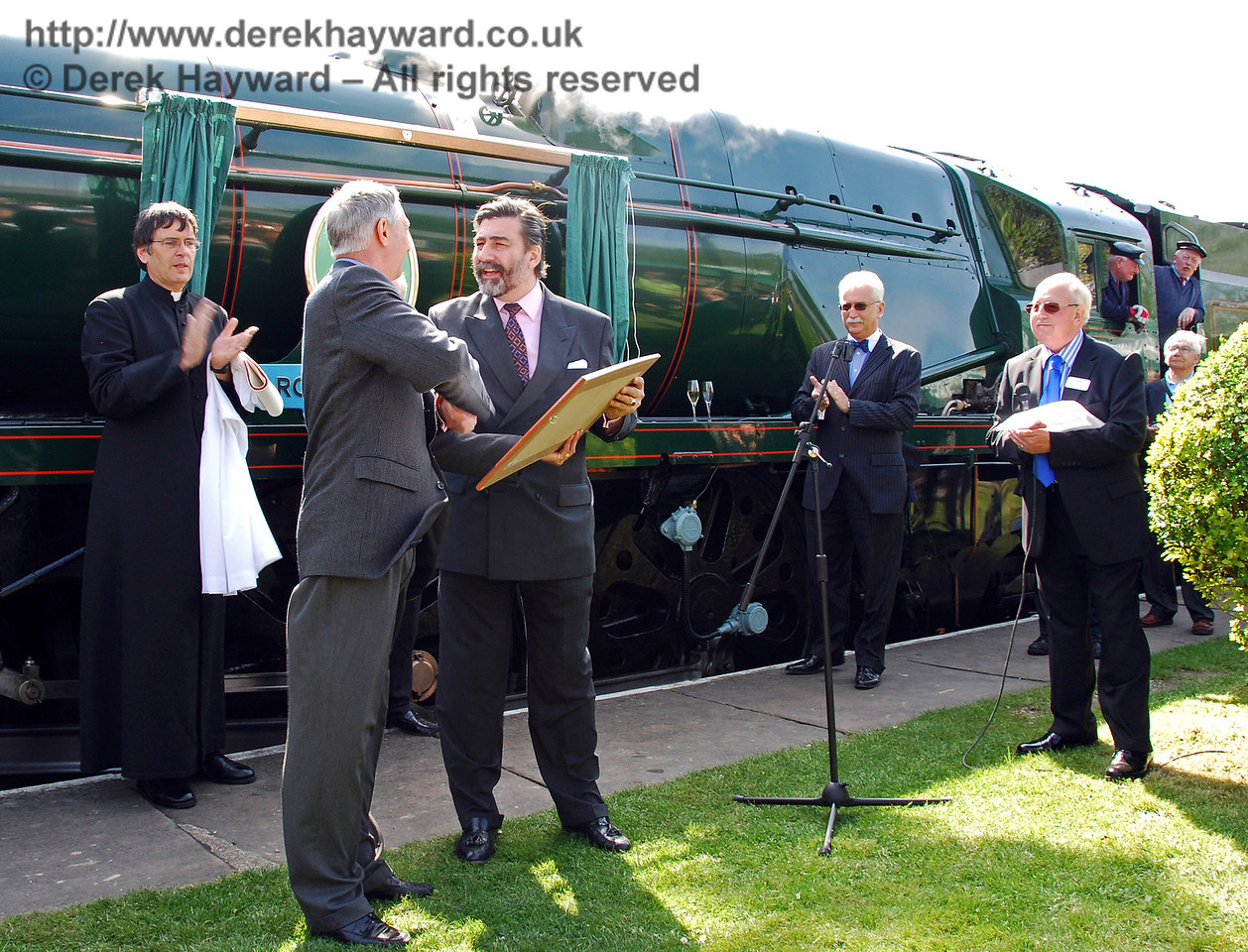 Richard Green presents Viscount Thurso with print number 1/450 of his Limited Edition illustration of 34059 Sir Archibald Sinclair. 24.04.2009  0079