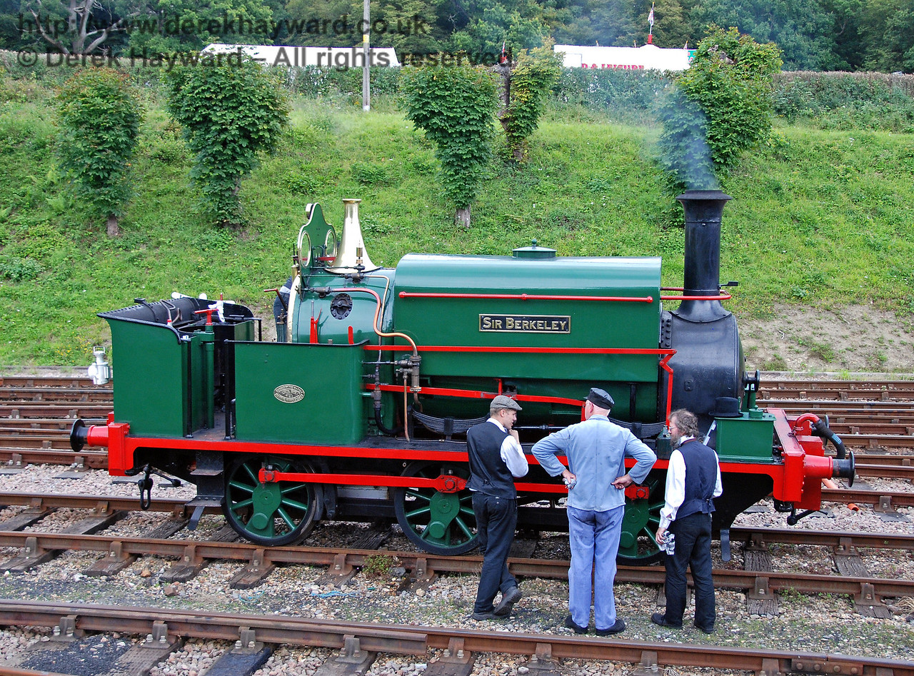 An increasing gathering of people around the front wheel of Sir Berkeley indicates an unfortunate problem that was to prevent the engine from running. 12.08.2007