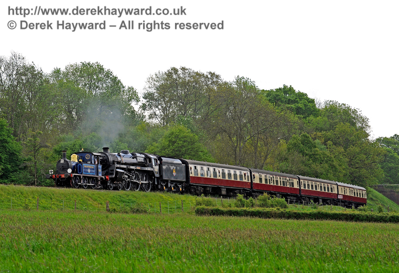The slightly unlikely combination of 323 and 73082 steam north from Three Arch Bridge. 13.05.2017 15172