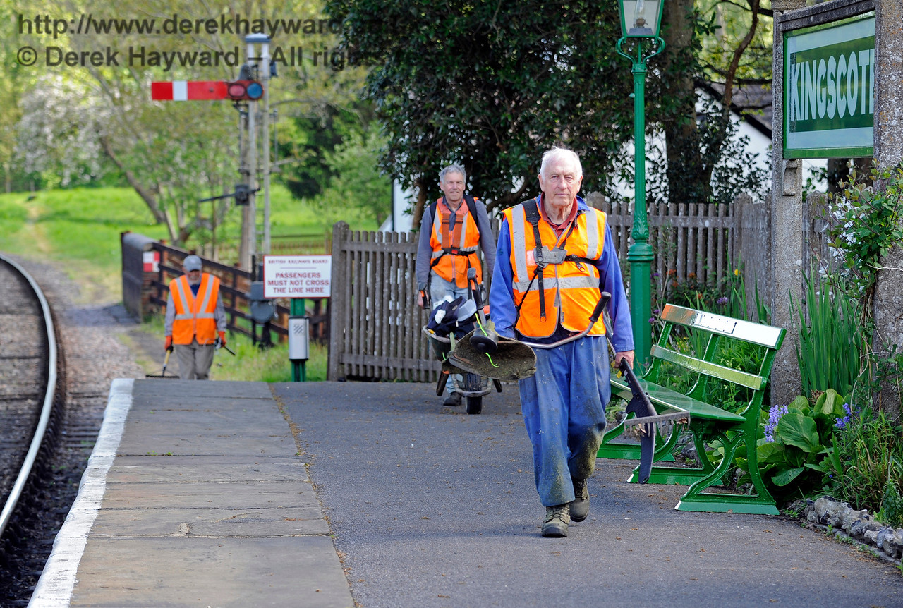 The Friends of Kingscote return from working to keep the lineside tidy. 13.05.2017 15236
