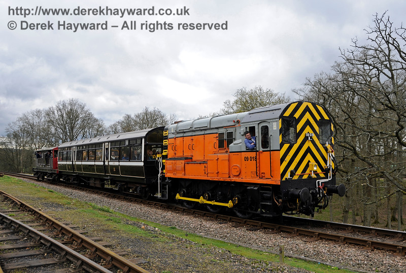 09018 running an unusual shuttle between Sheffield Park and Horsted Keynes.  This train was very popular.  Bluebell Railway Diesel Gala, in association with GBRailfreight. 16.04.2016  14816