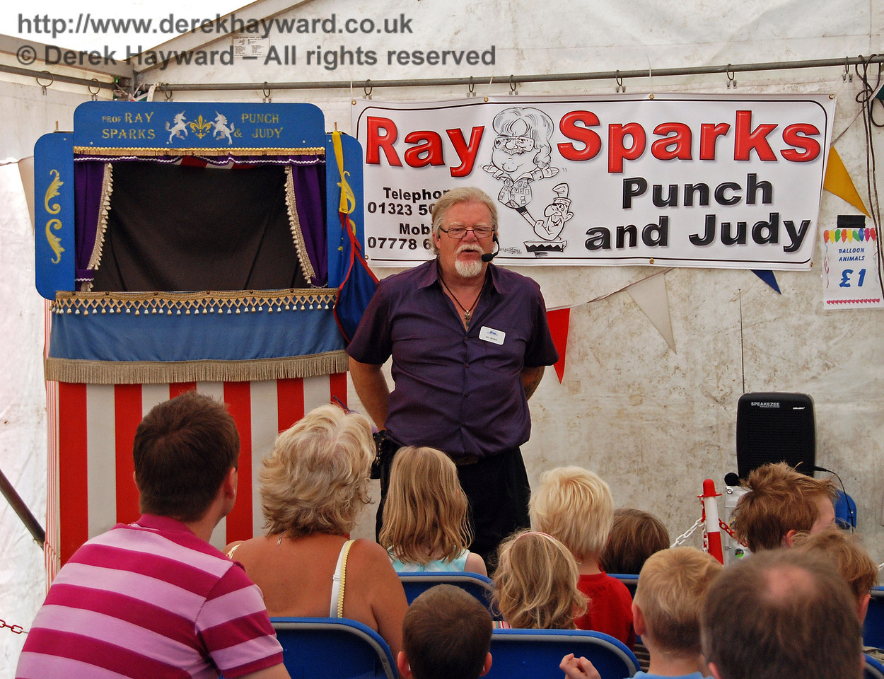 Ray Sparks prepares to start the Punch and Judy show. Horsted Keynes 27.06.2009