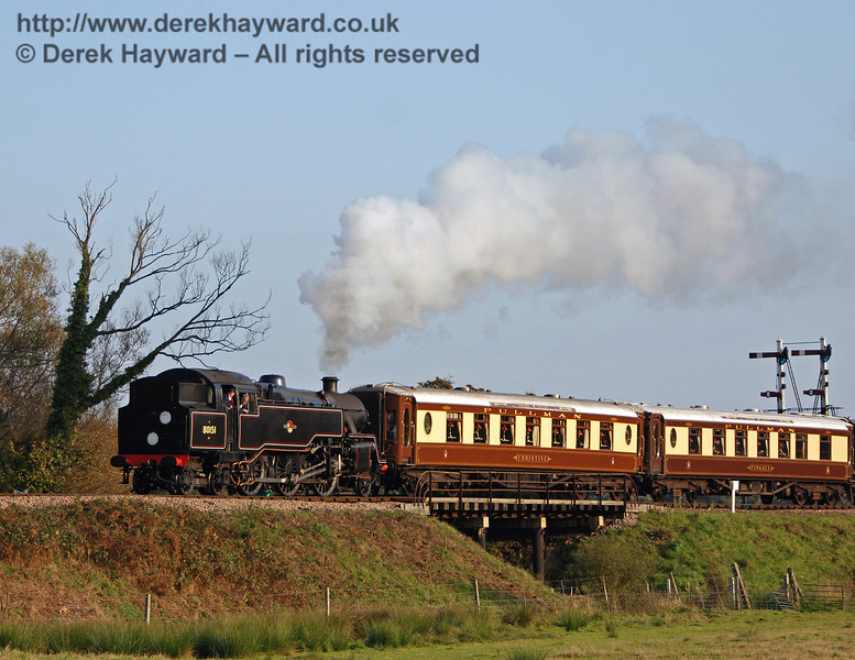 80151 hauls the Pullmans north from Sheffield Park. 21.10.2007