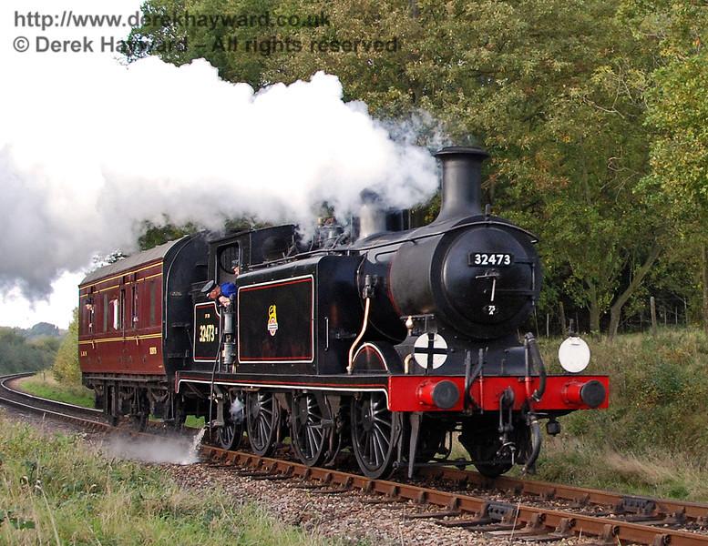 32473 steams south towards Sloop Bridge. 19.10.2007