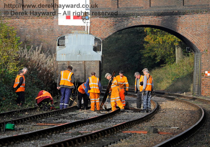 The absence of goods wagons from the Horsted Keynes Up headshunt allowed the PWay team to take the opportunity to change some rotten sleepers.  Owing to the curve and bridge lookouts were on duty, but out of shot.  01.11.2015  12475
