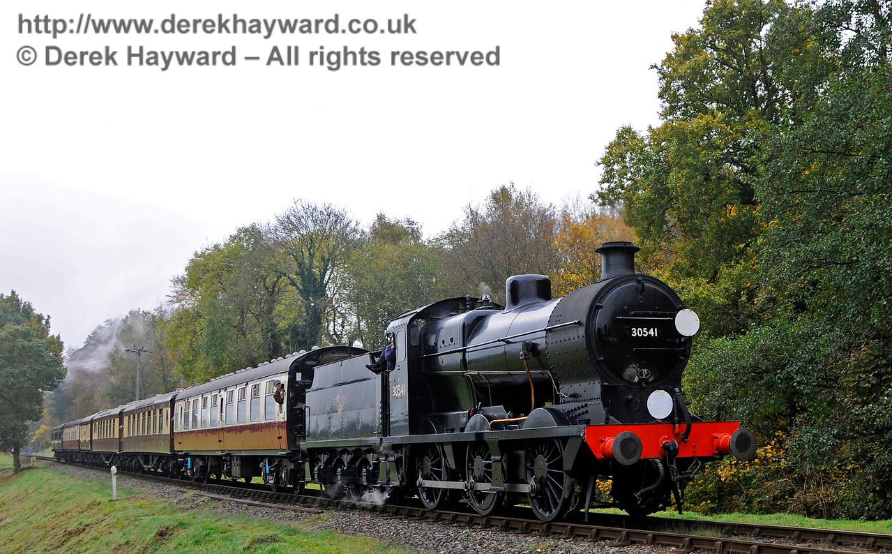 30541 approaches Kingscote.  30.10.2016 16606