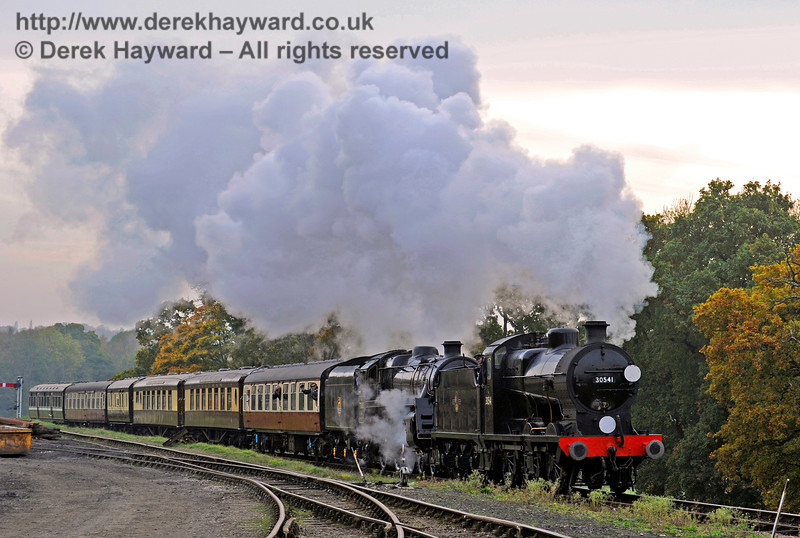 30541 and 73082 approach Horsted Keynes.  30.10.2016 14562