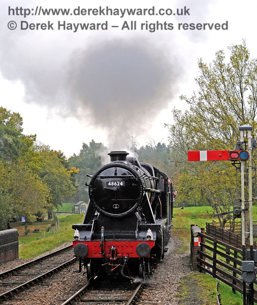 48624 arrives at Kingscote.  29.10.2016 14465