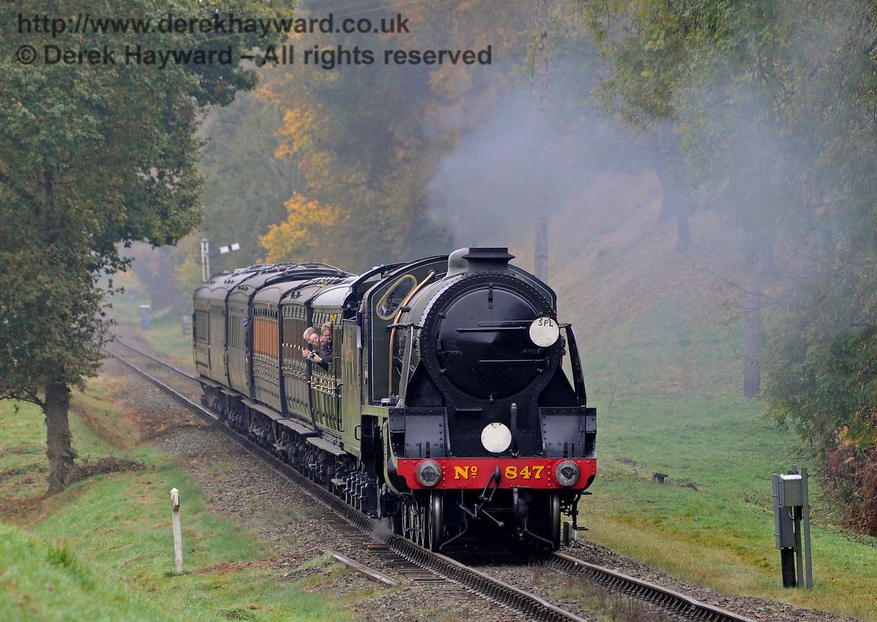 847 steams towards Kingscote.  30.10.2016 14501