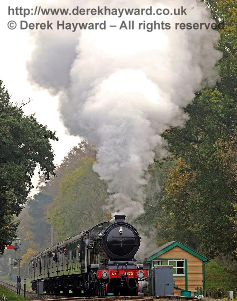 8572 approaches Kingscote.  30.10.2016 14554