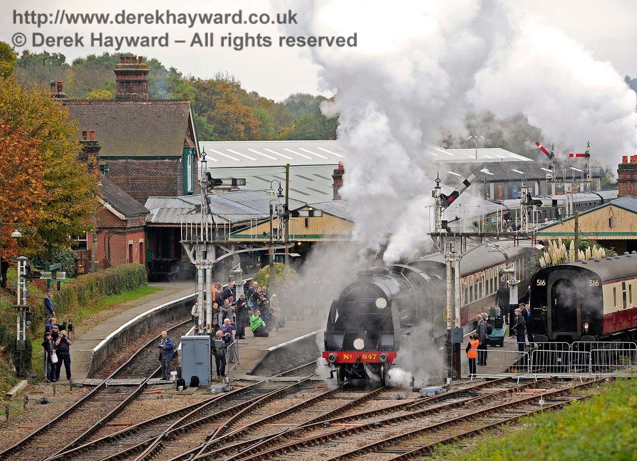 Photographers everywhere as 847 leaves Horsted Keynes.  29.10.2016  14469