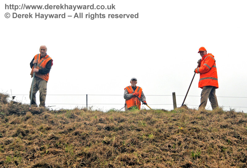 Not a very flattering picture of the Friends of Kingscote at the top of Mill Place embankment, but without their diligent trimming and clearing some of these pictures would not have been possible.  Thanks, chaps.  29.10.2016  16579