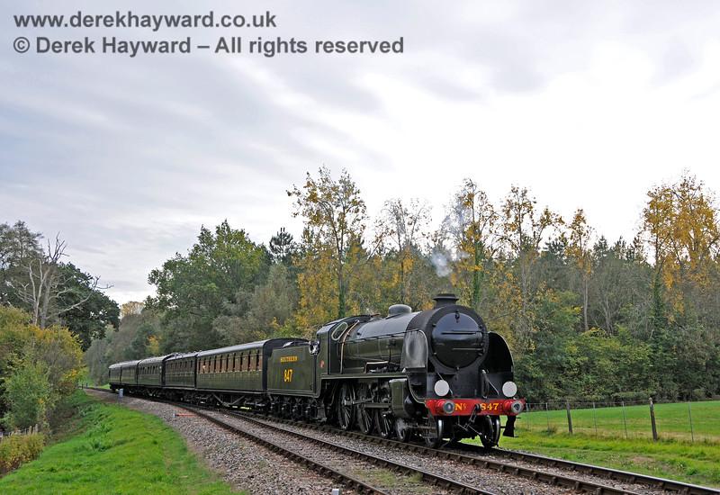 847 arrives at Kingscote. 13.10.2018 18918
