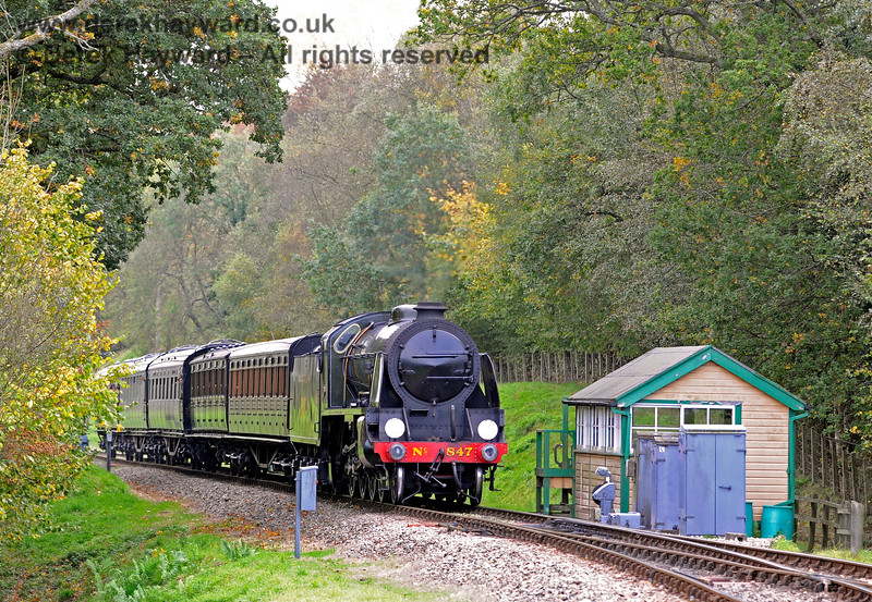 847 passes the former southern signal box at Kingscote. 13.10.2018 16765