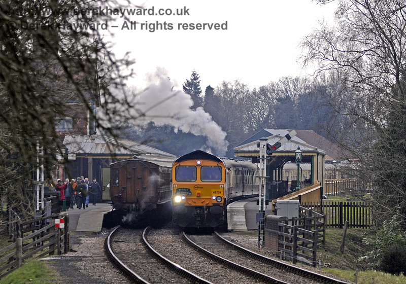 Class 66, 66739 passes through Kingscote at the head of the incoming rail tour. 28.03.2013  8558