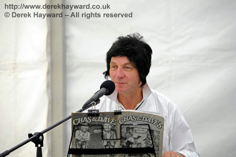 Part of the musical entertainment (not sure about the Chas And Dave wig....!!!)   Horsted Keynes  01.08.2015  11689