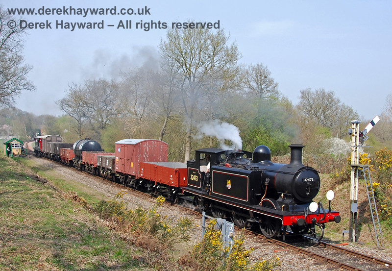 32473 steams south from Kingscote. 14.04.2007
