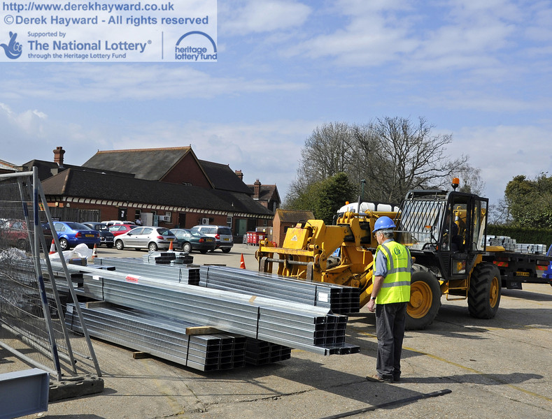 Unloading the steel from the lorry.   03.04.2012  4210