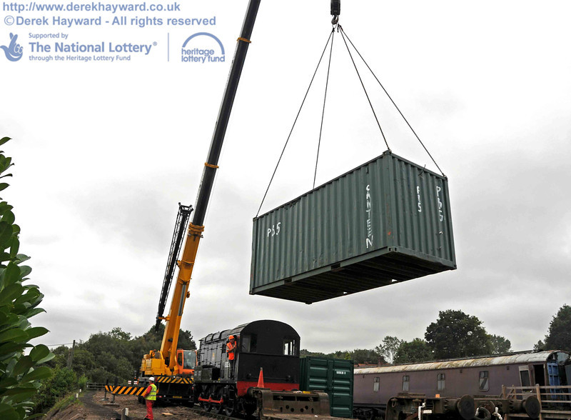 The container is lifted well clear of the diesel shunter. 10.09.2010  4758