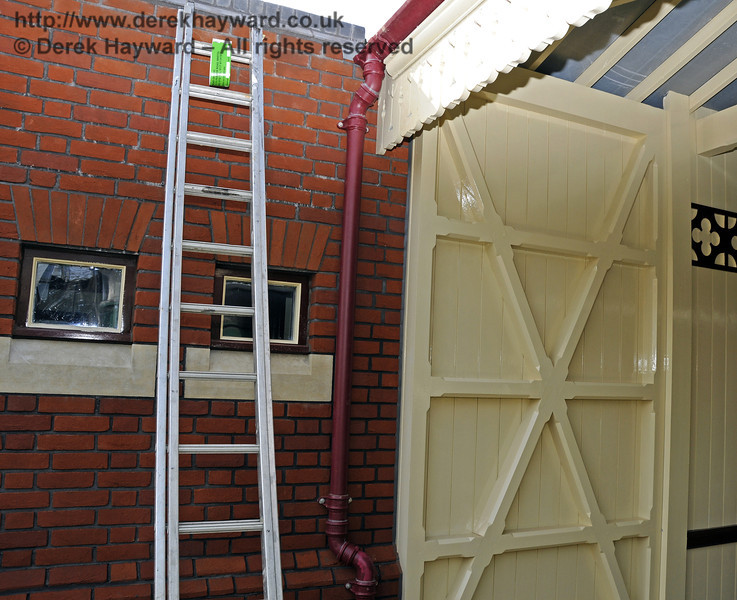 Painting has continued on Platform 2 and the gutters from the canopy are now connected.  25.03.2011  6548