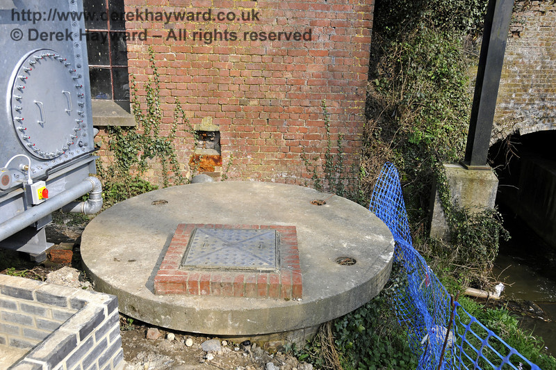 On the western side of the water tower is what appears to be a well.  It is assumed that this is connected with abstraction of water from the river.  25.03.2011  6553