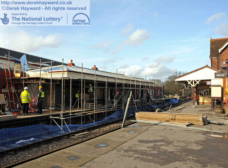 Dismantling the scaffolding that allowed work to take place on the Platform 2 canopy. 03.02.2011  5628